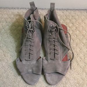 Grey suede Matisse small wedge